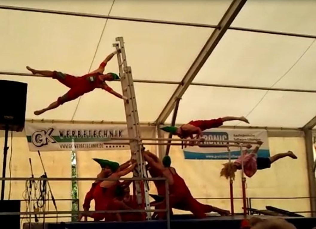 Festzelt-Akrobatik